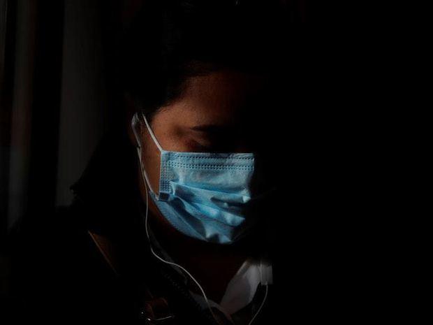 Una mujer usa una mascarilla en el Metro de Panamá durante la flexibilización de la cuarentena, impuesta para frenar la propagación del COVID-19.