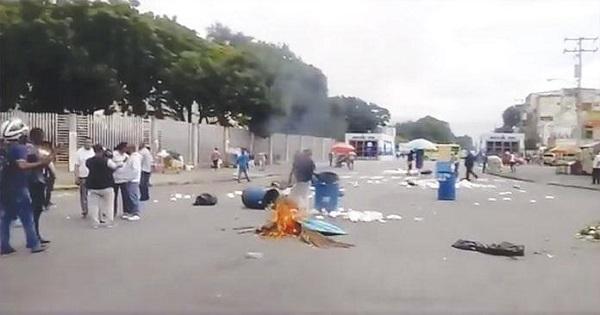 Estudiantes se enfrentan a Policía en entorno UASD por precio de combustibles