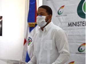 Ángel Mendoza, director de la Aldea Cultura Santa Rosa de Lima, quien dio la bienvenida a los asistentes, los que guardaron el debido distanciamiento.