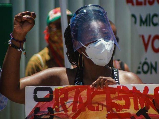 Jóvenes representantes del colectivo 'Espacio Migrante' protestan este sábado en la ciudad de Tijuana, en el estado de Baja California, México.