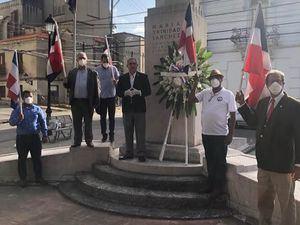 En el centro, el doctor Wilson Gómez Ramírez, presidente del Instituto Duartiano y otros Directivos de esa entidad, en el busto de María Trinidad Sánchez.