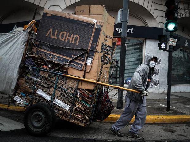 Un reciclador con tapabocas fue registrado al recorrer las calles de Buenos Aires (Argentina).
