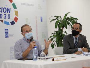 Ignacio Méndez, viceministro del MICM, y Xavier Hernández, representante adjunto del PNUD, comparten detalles del proyecto.