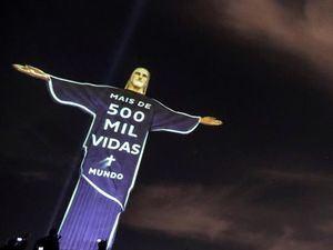 Registro este miércoles del Cristo Redentor, con una proyección en homenaje a las víctimas de COVID-19, en Río de Janeiro (Brasil).