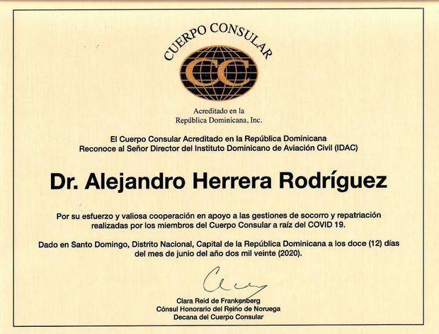 Pergamino del reconocimiento entregado a Alejandro Herrera.