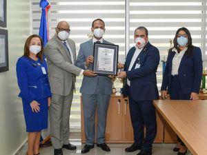 María Collado, directora general de Procesos, mientras agradece a los presentes durante la certificación ISO 9001:2015, que recibió el Centro de Servicios Especializados de Banreservas (CASE).
