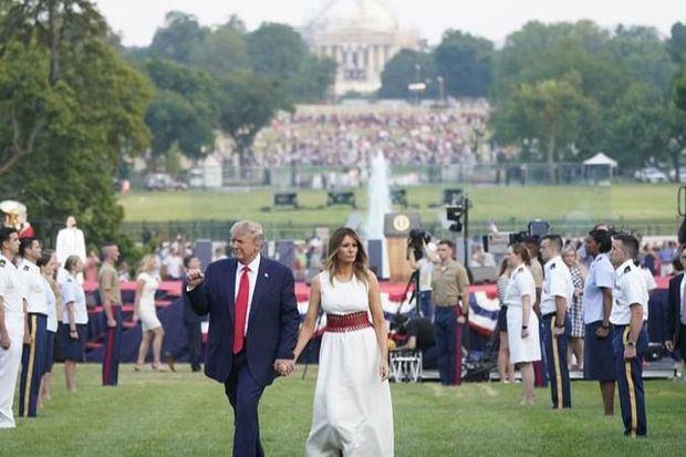 El presidente de Estados Unidos, Donald Trump (c-i) y la primera dama, Melania Trump (c-d), fueron registrados este sábado, durante el acto 'Salute to America' (Saludo a EE.UU.), con motivo de la celebración del Día de la Independencia estadounidense, en los jardines de la Casa Blanca, en Washington DC (EE.UU.).