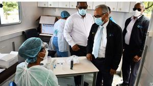 Autoridades de Salud Pública participaron este viernes en el sector de Los Tres Brazos en un operativo para enfrentar contagios del Covid-19.