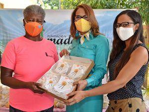 Isabel Reynoso entrega mascarillas a Maria Elena Beltrán presidenta Hogar Madelaes. A su lado Yocary Valerio.