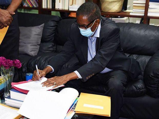 El notario público Nelson Montás, quien certificó los dictámenes.
