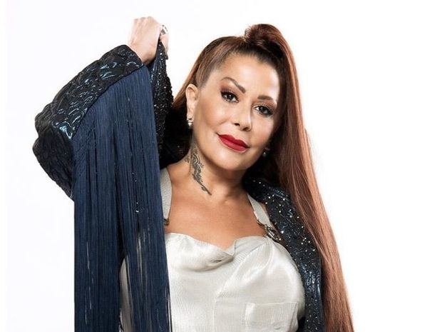 Fotografía cedida este viernes por Telemundo que muestra a la cantante Alejandra Guzmán mientras posa.