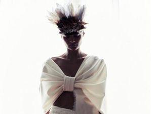 Una modelo posa con las creaciones para la colección de Alta Costura de la diseñadora Bouchra Jarrar, que ha presentado de manera virtual dentro de la Semana de la Alta Costura de París.
