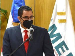 Ministro Juan Ariel Jiménez al recibir certificación Covid -19.