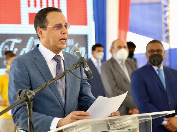 Ministro de Educación, Antonio Peña Mirabal, dirige unas palabras en la inauguración de los centros educativos.