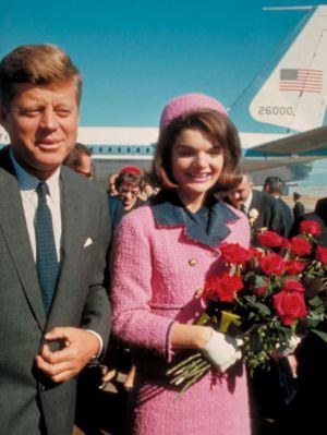 Jacky Kennedy vestida del traje que utilizó el día del asesinato de Kennedy horas antes del atentado.