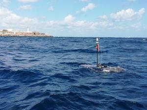 El 'wave glider' (un robot que navega por la superficie impulsado solo por la energía de las olas) que ha recorrido en los dos últimos meses 2.000 kilómetros entre los archipiélagos de Azores, Madeira y Canarias recopilando datos sobre el océano, los cetáceos y el ruido del tráfico marítimo se acerca a la costa de Gran Canaria, en una imagen cedida por la Plataforma Oceánica de Canarias.