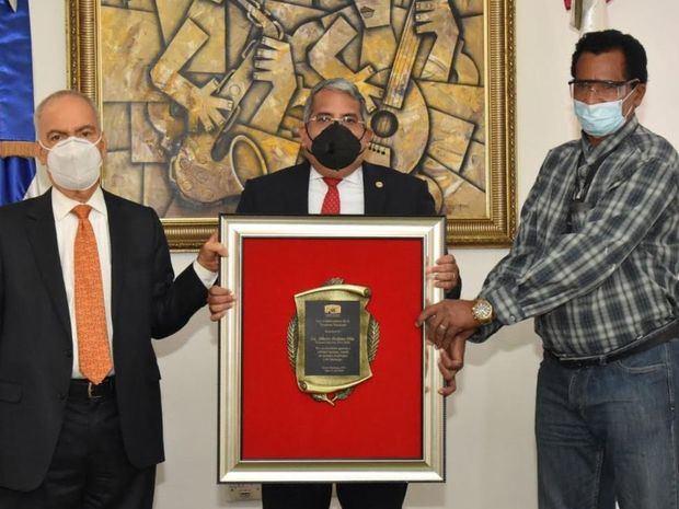 El tesorero nacional, Alberto Perdomo Piña, subtesorero , Conrado Peguero Martínez y Luciano Almonte.