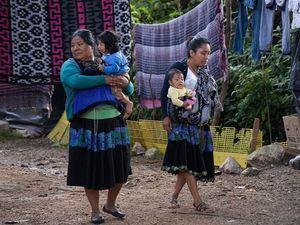 Fotografía de mujeres Tzotziles con su hijos el 8 de agosto de 2020 en San Cristóbal de las Casas en el estado de Chiapas, México.