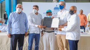 Presidente Abinader auxilia a productores que perdieron sus cerdos por la fiebre porcina.
