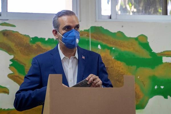 Luis Abinader, candidato presidencial del opositor Partido Revolucionario Moderno (PRM), fue registrado este domingo al votar en las elecciones presidenciales y legislativas, en Santo Domingo (República Dominicana).