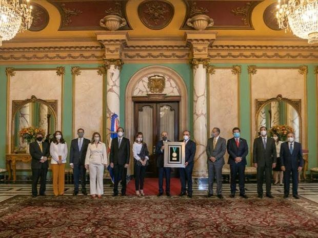 El presidente Danilo Medina recibió un reconocimiento de parte de la Asociación de Industrias de República Dominicana (AIRD), por su invaluable apoyo a la industria nacional e impulsar el crecimiento económico del país durante su gestión de Gobierno.
