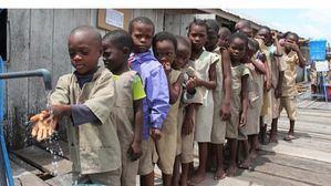 Estos niños en Benin tienen acceso al agua; casi 300 millones más en África no lo tienen.