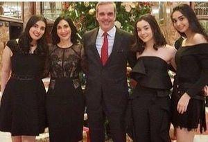 Luis Abinader junto Raquel Arbaje y las hijas de ambos.