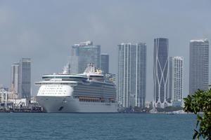 Fotografía del 19 de marzo de 2021 donde aparece un crucero atracado en la Bahía de Miami, Florida.