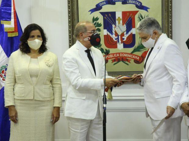 Danilo Medina entrega banda presidencial al presidente del Senado, Eduardo Estralla acompañado de Margarita Cedeño de Fernández, ex vicepresidenta de la República y de representantes del Congreso.