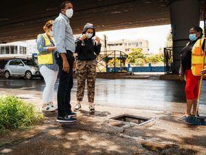 La lcaldesa de la ciudad, Carolina Mejía encabeza personalmente un recorrido de supervisión.