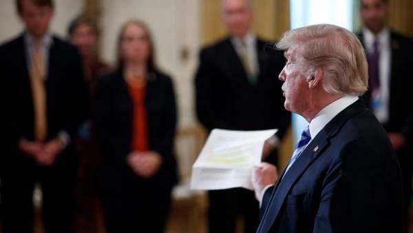Trump encabeza una febril búsqueda del autor del artículo anónimo de opinión