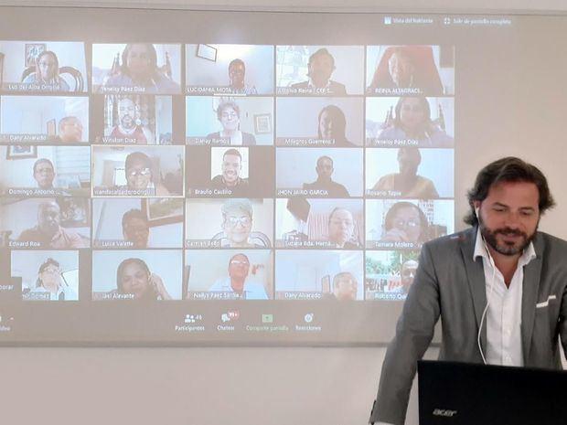 300 profesores universitarios se gradúan de telepresencia en la educación