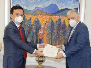 Presidente del Senado de la República, Eduardo Estrella, junto al Excelentísimo Embajador de la República Popular China en República Dominicana, Zhang Run.
