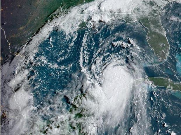 otografía cedida por la Oficina Nacional de Administración Oceánica y Atmosférica (NOAA) de Estado Unidos por vía del Centro Nacional de Huracanes (NHC) donde se muestra la localización del huracán Laura.