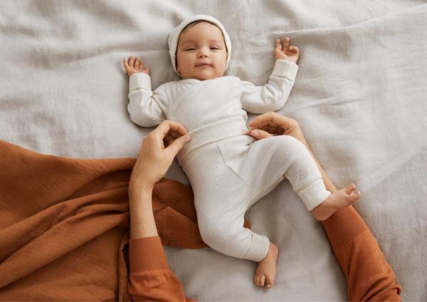 La moda lanza prendas extensibles que se adaptan al crecimiento del bebe