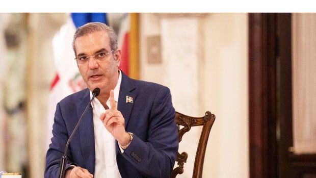 El presidente de la Rública, Luis Abinader, declaró de emergencia las compras y contrataciones de medicamentos e insumos para enfrentar el coronavirus.