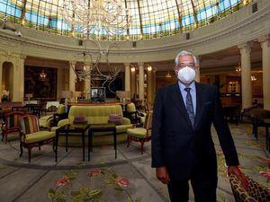 El director del Hotel Palace, Pablo Flores, posa para Efe en el interior del Westin Palace cuya reapertura ha tenido lugar este jueves.