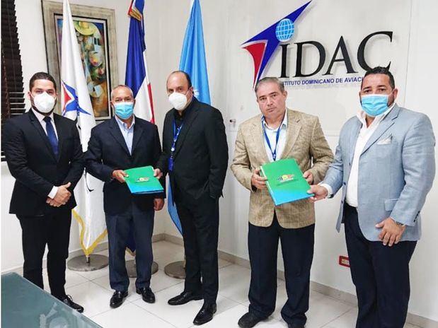 El director general del IDAC, doctor Román Ernesto Caamaño Vélez y el subdirector general de la entidad junto a los directivos del consejo de administración de Aerometcoop, Mario Hidalgo Beras, Issac Cross y Efraín Jiménez.
