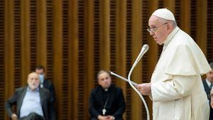 El papa carga contra una sociedad 'enferma de consumo'.