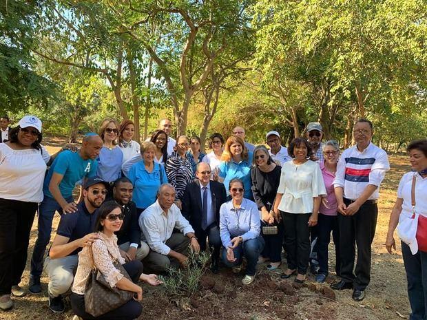Embajada de Israel siembran árboles de Olivo.