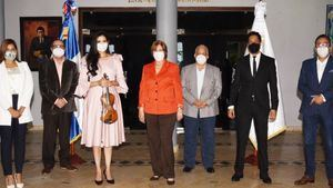 La violinista Aisha Syed Castro y la minisitra de Cultura, Carmen Heredia, en compañía de varios viceministros y directores del Ministerio de Cultura.