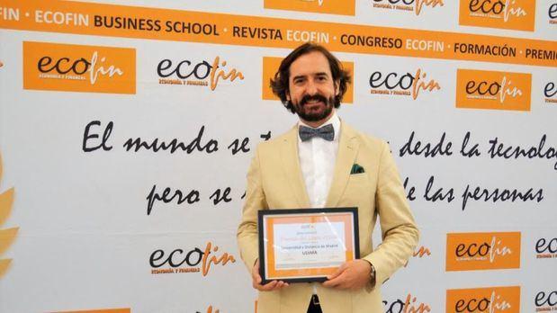 Arturo de las Heras, presidente del Grupo Educativo CEF.- UDIMA mientras recibe el Premio del Jurado ECOFIN 2020.