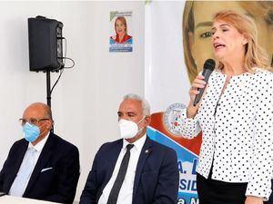 Laura Sánchez, interviene en el acto. Se observan, además, Pedro Rodríguez y Tony Rodríguez, presidente y vicepresidente del Colegio de Notarios.