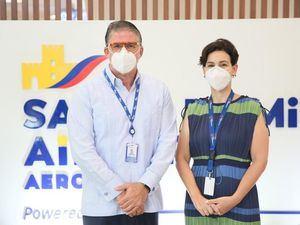 Richard Collie, director de Desarrollo Sustentable del IDAC y Mónika Infante, directora general de Aerodom.
