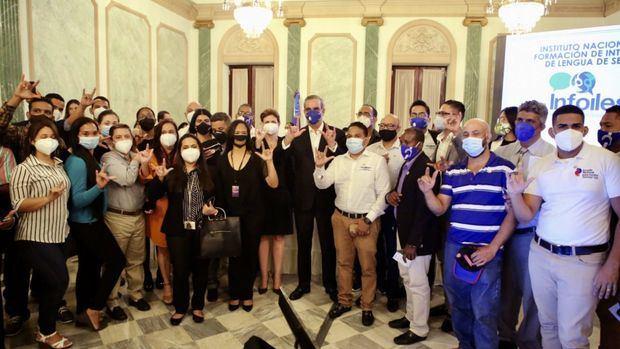En Día del Lenguaje de Señas presidente Abinader conoce necesidades de sordos.