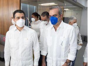 De izquierda a derecha, los señores Christopher Paniagua, presidente ejecutivo del Banco Popular Dominicano y Luis Abinader Corona, presidente de la República Dominicana.