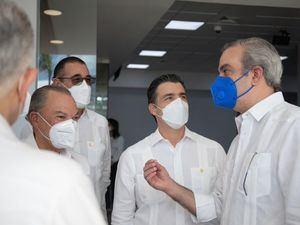 El presidente de la República, señor Luis Abinader Corona, departe con los presentes. Desde la izquierda, los señores Frank Rainieri, Juan Manuel Martín de Oliva y Christopher Paniagua.