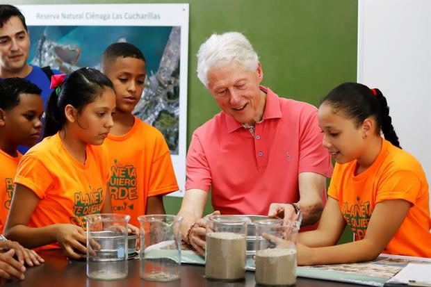 Bill Clinton dice que se debe tratar a Puerto Rico como a cualquier parte de EE.UU.