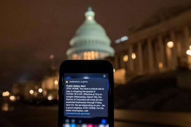 El gobierno de la ciudad del Distrito de Columbia, en Washington, DC, EE. UU., Enviará una alerta de emergencia en el hogar a un teléfono móvil el 25 de marzo de 2020. El alcalde de Washington DC, Muriel Bowser, ordenó el cierre de todos los negocios no esenciales a partir de las 10 p.m. 25 de marzo hasta el 24 de abril para contener la propagación del coronavirus COVID-19. Washington DC tiene 183 casos confirmados con dos muertes.