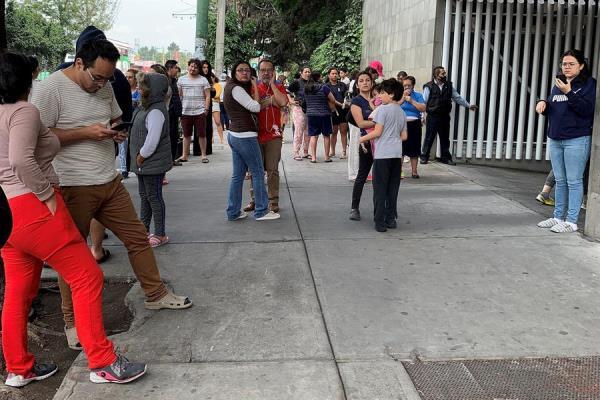 Personas salen de sus hogares después de escuchar la alerta sísmica en diferentes alcaldías de Ciudad de México (México).
